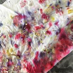 ハーバル染め/ハーブ/天然染め/植物染め/花びら染め ハーバル染めのワンシーン。  ハーブの色…
