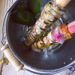 ハーバル染め/ハーブ/植物染め/草木染め/花びら染め/天然染め 蒸し上げた後は、シルクたちを風に当ててあ…
