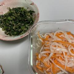 採れたて大根/家庭菜園大根/ポインセチア マウス/ポインセチア/大根葉炒め/紅白なます/... 紅白なますと大根葉炒め💕 採れたて大根で…