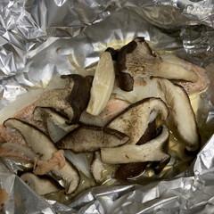 松ぼっくり/シャインマスカット/しいたけとひらたけ/秋鮭/鮭のホイル焼き 鮭のホイル焼き💕 秋鮭ときのこを使って作…