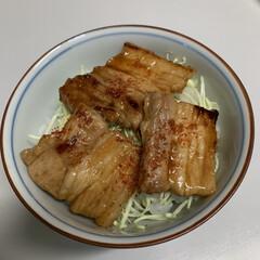 おうちごはん/新玉ねぎとカニかまのサラダ/豚丼 豚丼💕 お安い豚バラブロックを使って作っ…(1枚目)