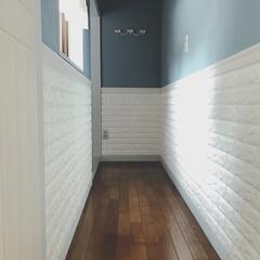キッチンリノベーション/ブルーグレーの壁/腰壁/セルフリノベーション中/セルフリノベーション/可愛いものに囲まれ暮らしたい/... ♡ ・ 一昨年、 ブルーグレーの壁に塗り…