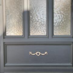 DIYクリエイター/リフォーム/クリーマにて販売中/クリーマ/フォロー大歓迎/DIY/... 🎀 ・ 玄関ドアに ゴールドのリボンモチ…