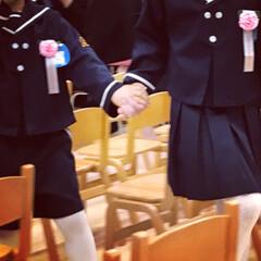 卒園式/春の一枚 卒園式。お友達と手を繋いで退場。お友達の…