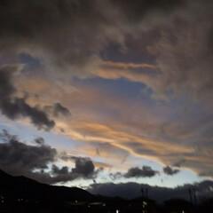 散歩/夕焼け/台風/空/雲/朱色/... 台風の後の夕焼けは、 上↕️下で色が違っ…