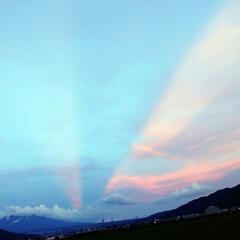 東の空に夕焼け/光の道/後光?/飛行機雲/梅雨明け初日/梅雨明け/... ご…後光?✴️  飛行機雲に夕焼けが反射…(1枚目)