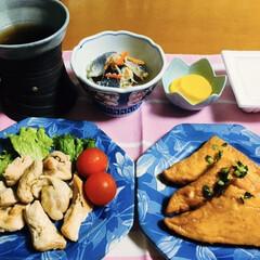 ランチョンマット/蒸し鶏/我が家の夕食/ピンク 🍚我が家の夕食🥢 蒸し鶏。 厚揚げ醤油煮…
