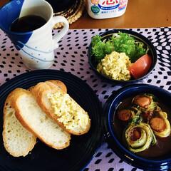ウインナー白菜巻き/マンデリンコーヒー/きな粉ヨーグルト/卵ディップ/野菜サラダ/バケット/... 🥖我が家の朝ゴパン☕️ バケット。 ウイ…