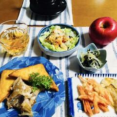 りんご/温野菜サラダ/天ぷら/三角厚揚げ/魚煮物/我が家の夕食 🍚我が家の夕食🥢 魚と三角厚揚げの煮物。…