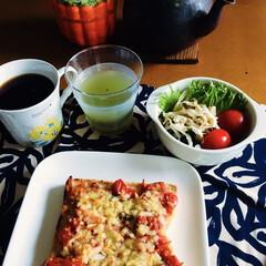 キウイジュース/ヨーロピアンコーヒー/ワカメ・玉ねぎサラダ/トマトピザトースト/我が家の朝ゴパン/セリア 🍞我が家の朝ゴパン☕️ トマトピザトース…
