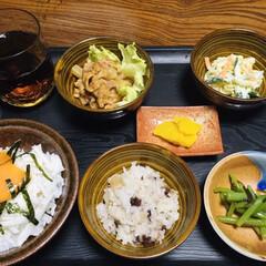腸活中/たくあん/鶏肉甘辛焼き/ミズ/山菜/豆ご飯/... 🍚我が家の夕食🥢 とろろご飯。 豆ご飯(…(1枚目)