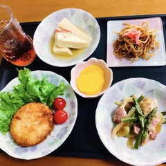 高野豆腐/アスパラベーコン/メンチカツ/我が家の夕食/メロンアイス/おうちごはん/... 🍚我が家の夕食🥢 メンチカツ。 アスパラ…