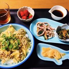 いちご/マグロ旨煮/イカバター醤油/かき揚げ丼/我が家の夕食/100均/... 🍚我が家の夕食🥢 かき揚げ丼。 小松菜、…