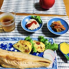 我が家の夕食/ランチョンマット/食器/地元食材/おうちごはん/暮らし/... 🍚我が家の夕食🥢 焼き魚(ほっけ) 人参…