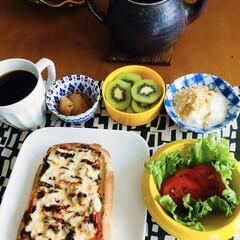 キウイ/きな粉ヨーグルト/コロンビアコーヒー/ピザトースト/我が家の朝ゴパン/ダイニング 🍞我が家の朝ゴパン☕️ しめじ・トマトの…