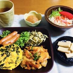 高野豆腐の煮物/カニカマサラダ/ウインナー/キャベツと塩昆布和え/りんご煮/オムレツ/... 🍚我が家の夕食🥢 海老唐揚げ🦐 ワカメと…