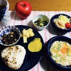オクラ・ワカメ酢の物/鶏肉サラダ/長芋蒸し煮/ロールケーキ/我が家の夕食/地元食材/... 🍙我が家の夕食🥢 鮭混ぜふりおにぎり。 …