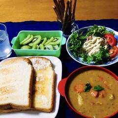チキンカレー/ポッキー/キウイ/我が家の夕食/おうちごはん/100均/... 🍛我が家の夕食🥄 カレー。 トースト。 …