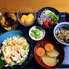 野菜サラダ/柿/そら豆/ごぼう炒め/サーモンとアボカド丼/我が家の夕食 🍚我が家の夕食🥢 サーモン・アボカド丼🥑…