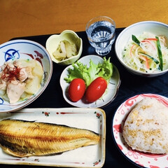 焼き魚/我が家の夕食/おうちごはん 🍚我が家の夕食🥢 焼き魚。 混ぜ混ぜおに…(1枚目)