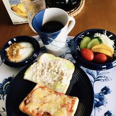 キリマンジャロコーヒー/野菜サラダ/きな粉ヨーグルト/シーチキントースト/ピザトースト/我が家の朝ゴパン/... 🍞我が家の朝ゴパン☕️ ピザトースト。 …
