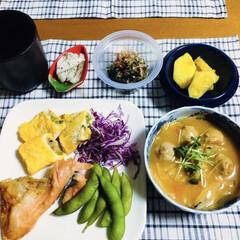 ほうれん草お浸し/チャプチェ風/焼き魚/腸活中/我が家の夕食/セリア 🍚我が家の夕食🥢 焼き魚(鮭) 残りのチ…(1枚目)