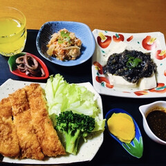 人参子和え/イカ醤油煮/黒胡麻坦々ダレ/我が家の夕食/チキンカツ 🍚我が家の夕食🥢 チキンカツ。 温豆腐に…