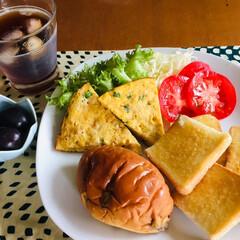 スパニッシュオムレツ/我が家の朝ゴパン/limiaキッチン同好会/おうちカフェ 🍞我が家の朝ゴパン🍴 レーズンロール、ト…