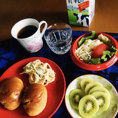 評判のパン屋/ポテトサラダ/サラスパ/コロンビアコーヒー/キウイ/レーズンパン/... 🥖我が家の朝ゴパン☕️ 朝一で完売しちゃ…
