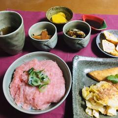 蟹入り卵焼き/ランチョンマット/我が家の夕食/マグロのたたき/ピンク 🍚我が家の夕食🥢 マグロのたたき丼。 厚…(1枚目)