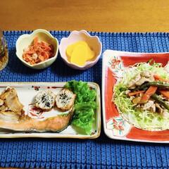 人参子和え/鶏肉炒め/鮭かま焼き/地元食材/我が家の夕食/おうちごはん/... 🍚我が家の夕食🥢 鮭かま焼き。 鶏肉・ピ…