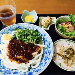 サラダ/もやし塩昆布和え/我が家の夕食/ジャージャー麺/青いものシリーズ 🍚我が家の夕食。 ジャージャー麺(うどん…