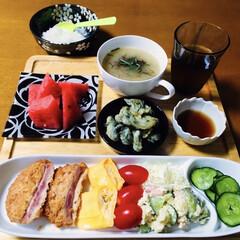 卵焼き/ポテトサラダ/タラの芽天/もずく/ハムチーズフライ/スイカ/... 🍚我が家の夕食🥢 ハムチーズフライ。 卵…(1枚目)