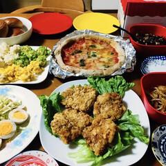 カラフルシュウマイ/マルゲリータピザ/コールスローサラダ/フライドチキン/我が家の夕食/クリスマス 🎄我が家の夕食🥂 フライドチキン。 マル…(1枚目)