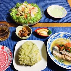 人参・油揚げ炒め/鮭トバ煮物/大根辛子漬け/温野菜サラダ/とろろ昆布おにぎり/我が家の夕食/... 🍚我が家の夕食🥢 とろろ昆布おにぎり。 …