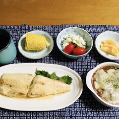 鯖味噌煮/リミアの冬暮らし/100均/フォロー大歓迎 🍚我が家の夕食🥢 鯖味噌煮。 ミートグラ…