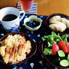 きな粉ヨーグルト/グァテマラコーヒー/ブルーベリー/バナナ/野菜サラダ/人参ご飯ラザニア風/... 🍽我が家の朝食☕️ 人参ご飯ラザニア風。…