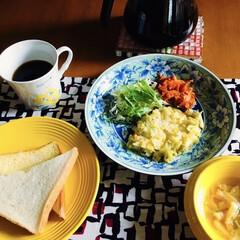 人参しりしり/コロンビアコーヒー/きな粉ヨーグルト/キャベツチーズ焼き/長芋スープ/バタートースト/... 🍞我が家の朝ゴパン☕️ バタートースト。…