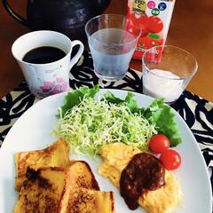 我が家の朝ゴパン/きな粉ヨーグルト/アセロラビタミンC/モカコーヒー/野菜サラダ/オムレツ/... 🍞我が家の朝ゴパン☕️ トースト。 オム…