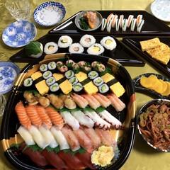 寿司屋さん応援/太巻き寿司/自粛応援/テイクアウト/我が家の夕食/おうちごはん 🍣我が家の夕食🥢 お寿司屋さん応援テイク…