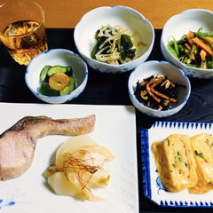 人参・ささぎ炒め/きゅうりのニンニク漬け/レンチンレシピ/ひじき煮/ザーサイ/鮭/... 🍚我が家の夕食🥢 焼き魚(鮭) ザーサイ…