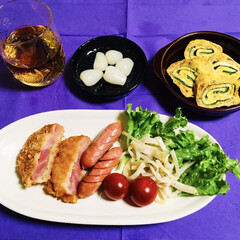 ハムカツ/ご飯/100均/フォロー大歓迎/わたしのごはん 🍚我が家の夕食🥢 ハムカツ。 ウインナー…