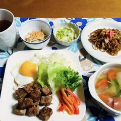 我が家の夕食/焼きそば/残り物/スープ/目玉焼き/サイコロステーキ/... 🍚我が家の夕食🥢 サイコロステーキ&目玉…