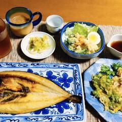 ほっけ/ランチョンマット/我が家のテーブル/フォロー大歓迎/リミアな暮らし/セロリの葉天ぷら 🍚我が家の夕食🥢 焼き魚(ほっけ) しめ…
