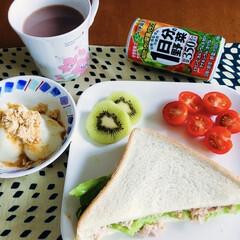 きなこヨーグルト/野菜ジュース/ツナサンド/セリア/100均/フォロー大歓迎 🥪我が家の朝ゴパン☕️ ツナサンド。 き…