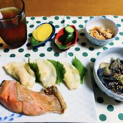 餃子/秋鮭/ご飯/セリア/100均/フォロー大歓迎/... 🍚我が家の夕食🥢 焼き魚(秋鮭) 餃子🥟…
