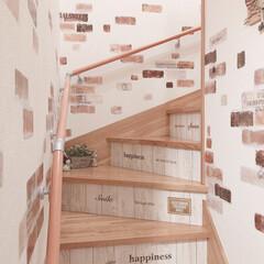 階段リメイク/階段/サンゲツの壁紙/カントリー/DIY/雑貨/... 階段にサンゲツの壁紙を張り ダイソーのリ…