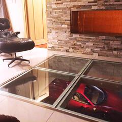 ガレージ/インナーガレージ/ビルトインガレージ/ガレージハウス 2階のリビングのガラス床から1階のガレー…