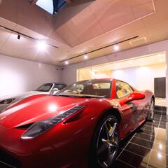 ガレージのある家/フェラーリ/タイル床 フェラーリのためのガレージの床は、黒い光…
