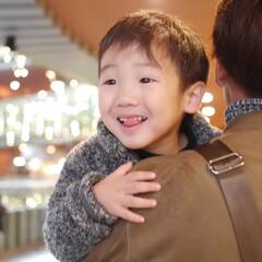 息子/子供 大好きなパパに抱っこされてうれしいの顔😂…